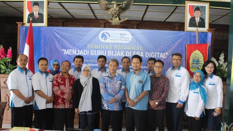 Wabup Gunungkidul, Immawan Wahyudi berfoto usai seminar bersama pengurus IGI dan nara sumber. KH