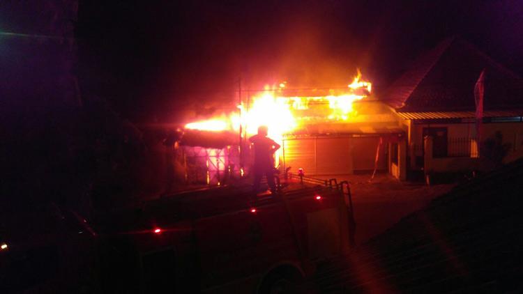 Toko yang berada di sebelah selatan Pasar Argosari terbakar. KH