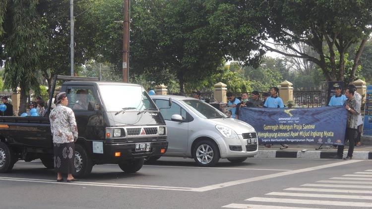 Beberapa pegawai KPP Pratama dibantu kepolisian membagikan brosur sosialisasikan program Tax Amnesty. KH/ Kandar