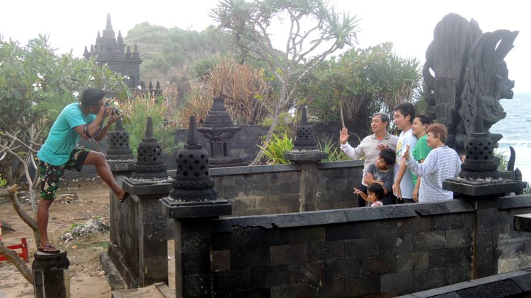 Penyedia jasa foto sedang mengambil gambar wisatawan. KH/ Kandar.