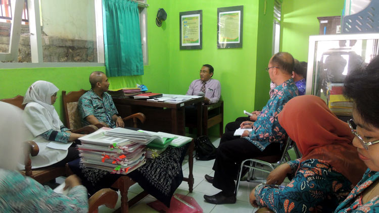 Kepala Puskesmas Purwosari 1 Sumartana SKM didampingi beberapa pegawai menjalani penilaian dari salah satu tim komisi akreditasi nasional. KH/ Kandar.