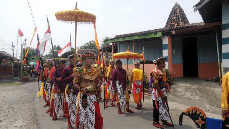 Salah satu kelomok seni yang tampil pada Kirab Rasul Desa Baleharjo. KH/ Kandar