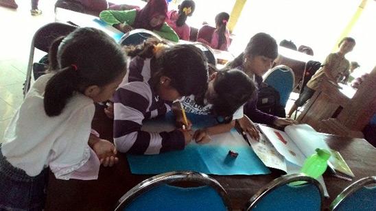 Anak-anak antusias mengikuti pelatihan menulis cerpen dan puisi di Sanggar Angsa Bedoyo Ponjong. dok. Luthfina.