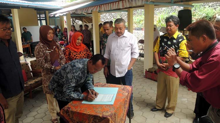 Penandatanganan serah terima gedung asrama SLB Sekar Handayani oleh JVS dan Yayasan disaksikan Disdikpora dan perwakilan Komisi A DPRD Gunungkidul. KH/ Kandar