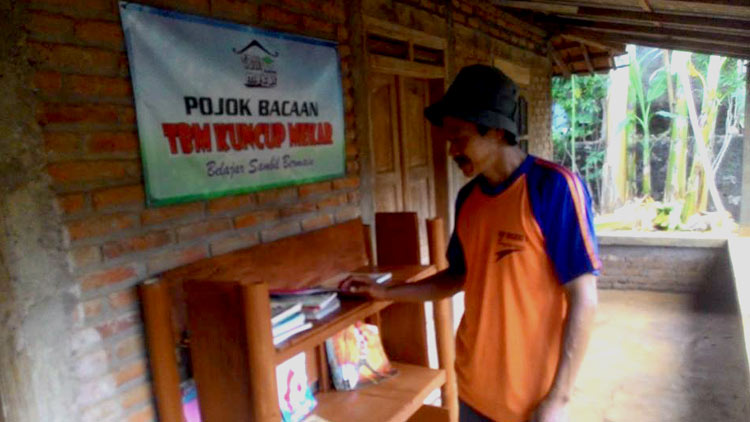 Pojok bacaan di rumah warga, merupakan realisasi program One Home One Library TBM Kuncup Mekar Desa Kepek, Saptosari. KH