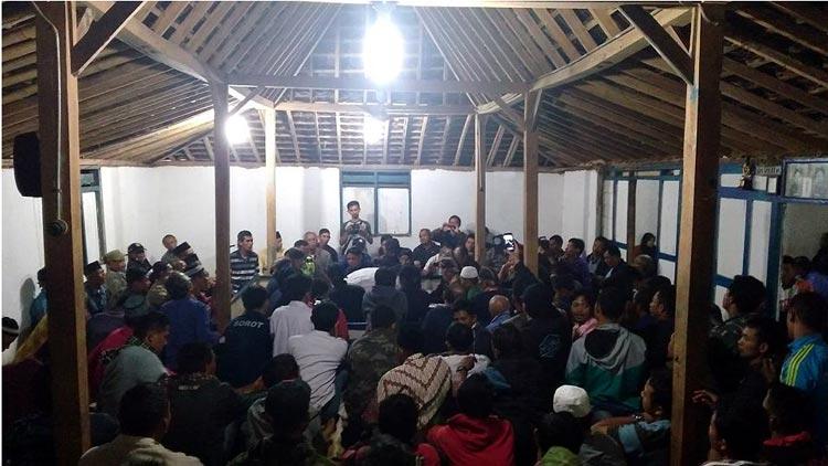 Suasana pembukaan kain Cupu Kyai Panjala, Selasa, (27/9/2016) dini hari di rumah juru kunci, Dwijo Sumarto, Mendak, Girisekar, Panggang. (Fitri)