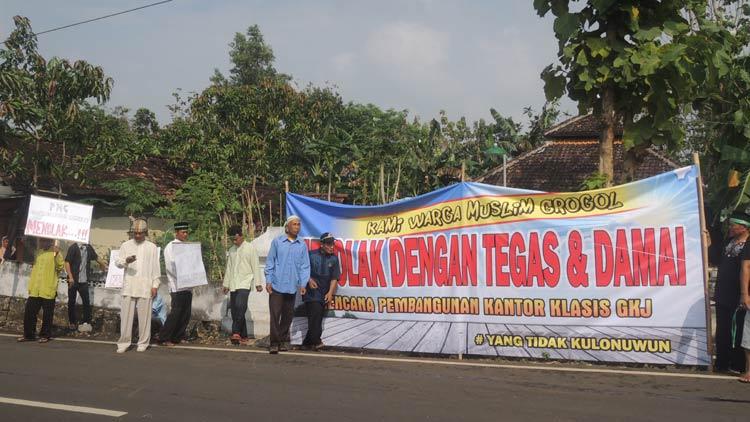 Warga Grogol melakukan aksi penolakan pembangunan kantor Klasis. KH/Kandar