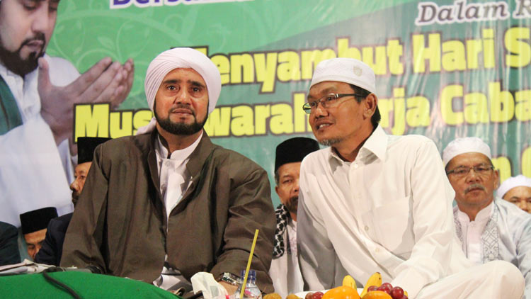 Pengasuh Pondok Pesantren Darul Quran Wal Irsyad KH A. Kharis Masduki bersama Habib Syech saat acara Gebyar Shalawat. KH