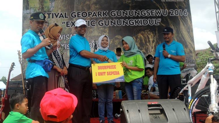 Kepala Dinas Kebudayaan dan Pariwisata Gunungkidul, Saryanta menyerahkan hadiah kepada peserta jelajah wisata. KH/ Kandar.