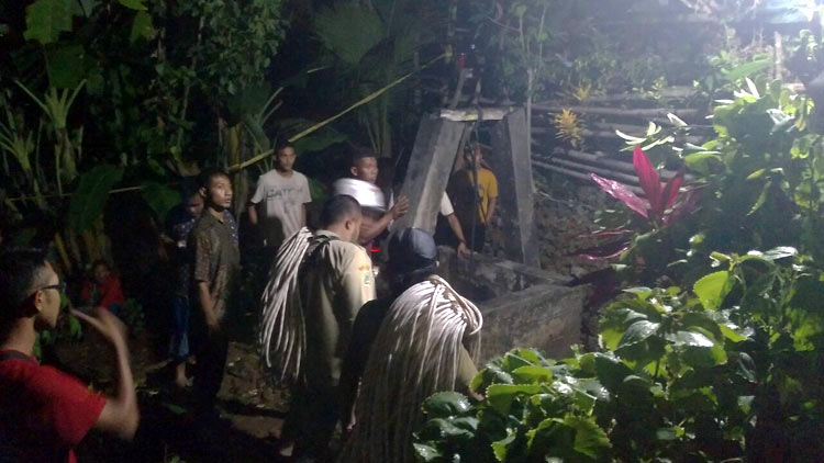 Upaya evakuasi korban dari dalam sumur, Tim Gabungan SAR, Tagana dan lainnya dibantu masyarakat. KH