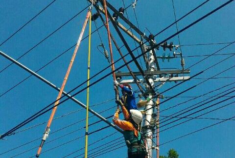 Perbaikan jaringan listrik. Sumber: PLN