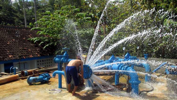 Petugas PDAM sumber Bribin 1 sedang melakukan perbaikan di Pump Booster di dekat Goa Bribin.