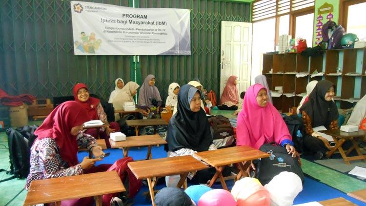 Pelatihan pembuatan media pembelajaran berbasis multimedia oleh STMIK AMIKOM Yogyakarta.