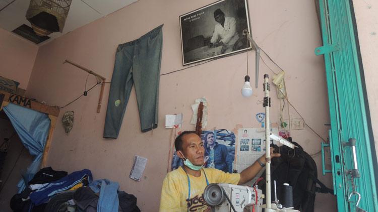 Purnama, Penjahit/ tukang permak pakaian yang dahulu melayani jasa naptol. KH/ Kandar