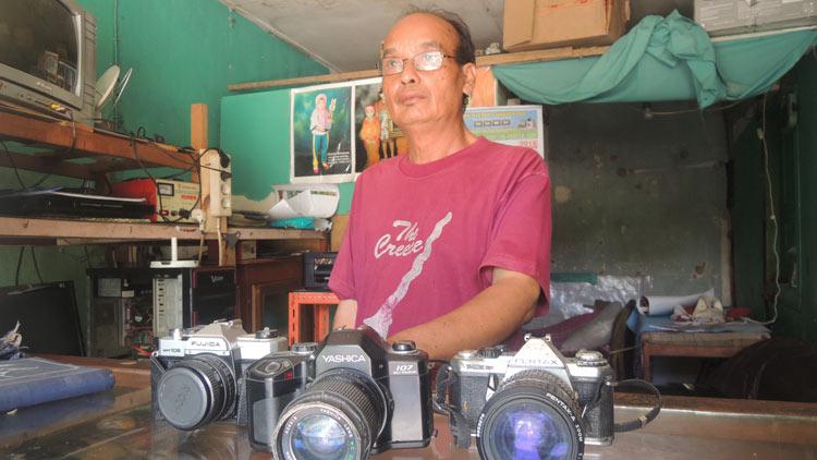 Saiman dan beberapa kamera koleksi model lama yang sudah lama tidak dipakai lagi. KH/ Kandar.
