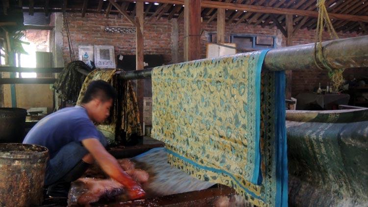 Proses pewarnaan batik, pengrajin batik di Tancep, Ngawen. KH/ Kandar