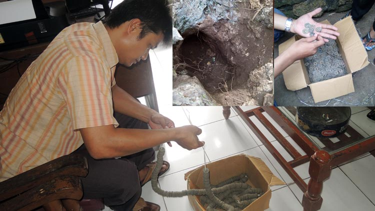 Anggota Polsek Playen menunjukkan koin logam. insert: kepingan koin logam dan lubang ditemukannya benda yang diduga uang kuno asal Cina. KH/ Kandar.