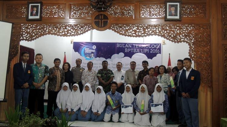 Deputi IPT LIPI bersama jajaran LIPI Gading berfoto bersama perwakilan UMKM, pelajar dan beberapa lembaga yang bekerjasama seusai penutupan kegiatan Bulan Teknologi. KH/ Kandar