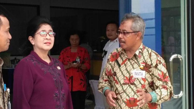 Menkes RI, Prof.Dr. dr. Nila Djuwita F. Moeloek didampingi Camat Patuk, Haryo Ambar Suwardi. KH