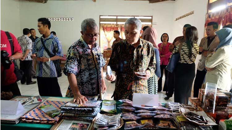 Camat Patuk, R Haryo Ambar Suwardi menunjukkan produk olahan berbahan kakao dan potensi dari Kecamatan Patuk yang lain. KH