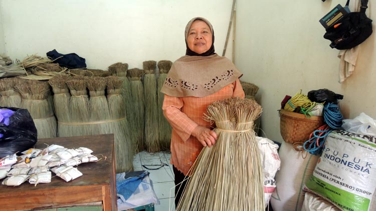 Sis Watiem penjual Mendong dan tikar berbahan Mendong di Pasar Argosari. KH/ Kandar.