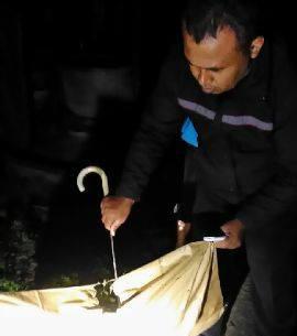 Petugas Kepolisian memeriksa barang bukti di tempat kejadian. foto: Humas Polsek Ngawen