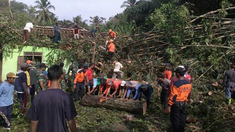 Evakuasi pohon beringin yang tumbang oleh warga bersama Tagana dan juga anggota Polsek Girisubo. KH