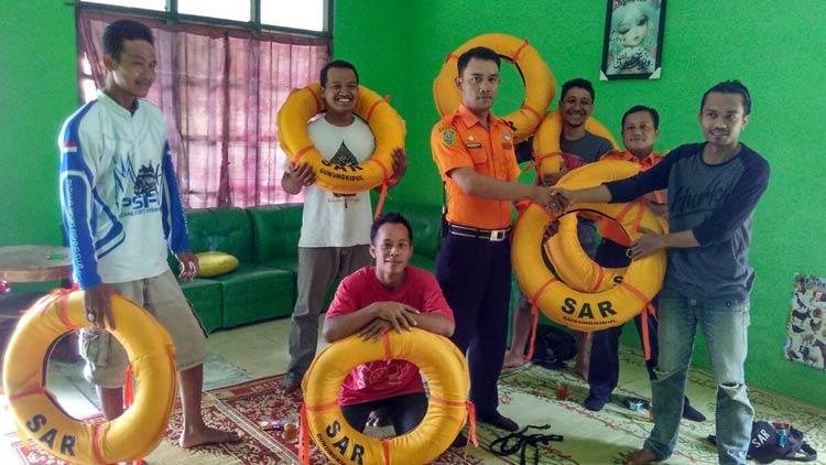 Bantuan pelampung dari Tim SAR Wediombo kepada pemancing. KH/ Rado