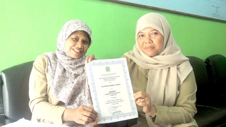 Kepala Sekolah SD N Siyono 1, Umi Fitriah, S Pd, didampingi salah satu guru Tuti Sulismi S Pd, M Pd, menunjukkan piagam kejuaraan. KH/ Kandar.
