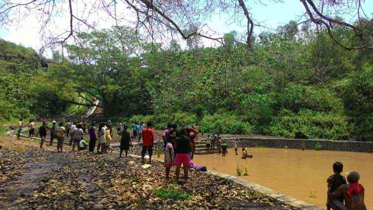 Suasana evakuasi pelajar tenggelam oleh warga setempat. (KH/ Bara)