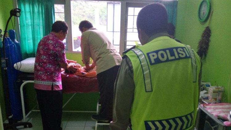 Petugas medis mencoba memberikan pertolongan   kepada korban. KH/ Kandar.