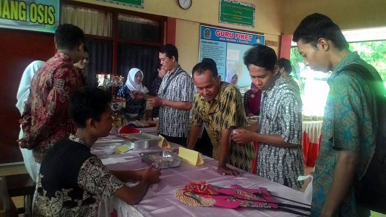 Kegiatan studi banding SMA 1 Plupuh ke SMA N 1 Playen mengenai program kewirausahaan. KH/ Kandar