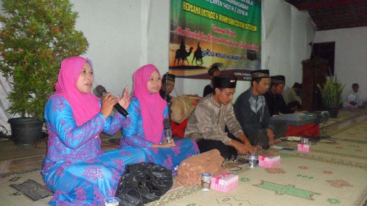 Penampilan CSI Kyai Sodrun dr Bejiharjo, Karangmojo saat pengajian dalam  rangka menyambut 1 Muharam warga muslim Desa Playen. KH/ Sarwo.
