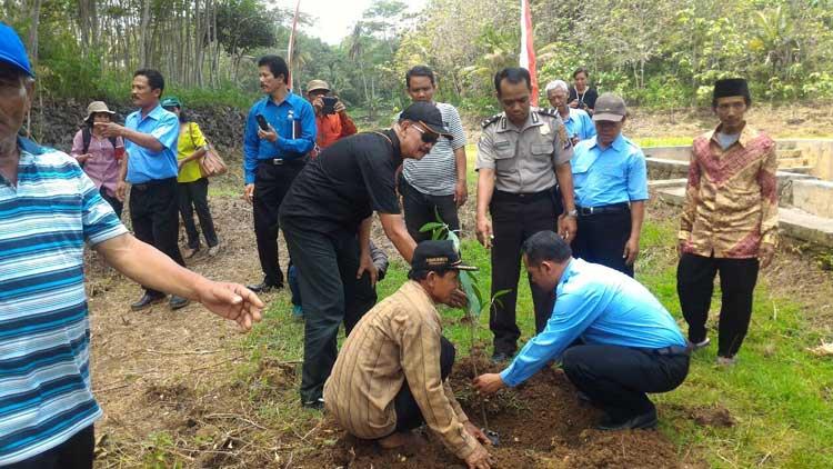 Penanaman pohon sebagai upaya konservasi Telaga Makam Purwosari. KH