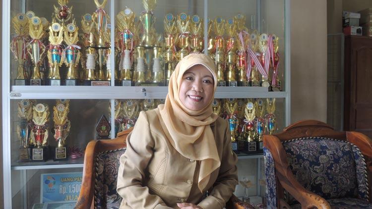 Kepala Sekolah SMA N 2 Playen, Fadmiyati, M. Pd. KH.