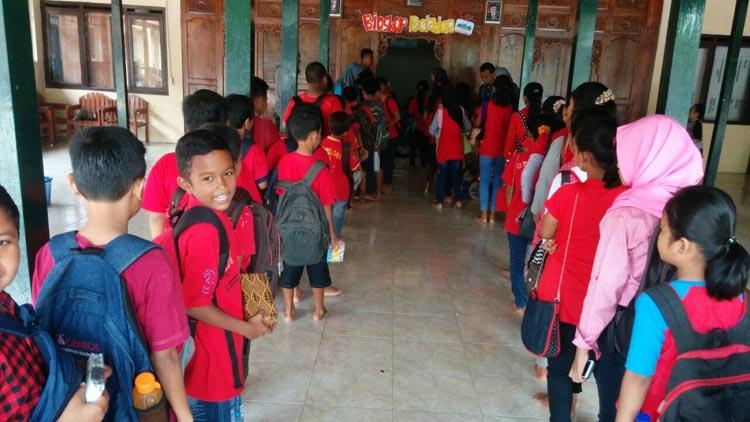 Ratusan anak bersiap menonton film edukasi pada kegiatan nobar Bioskop Beladega karangtaruna Desa Gari. KH/ Kandar
