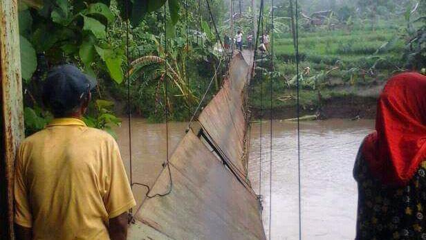 Jembatan Nglipar tepatnya di Padukuhan Jeruk Legi rusak parah akibat banjir Sungai Oya. KH