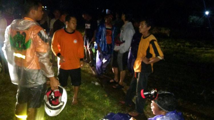 Upaya evakuasi mahasiswa UGM, korban tersesat saat susur pantai. foto: doc Tim SAR.