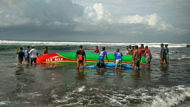 evakuasi kapal nelayan Pantai Gesing di Pantai Parangkusumo. doc. SAR