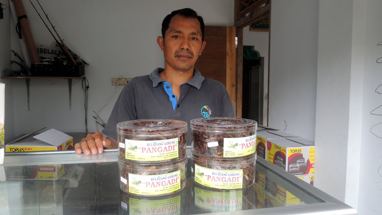 Pangadi, penjual belalang warga Gadungsari, Wonosari yang sukses. KH/ Kandar