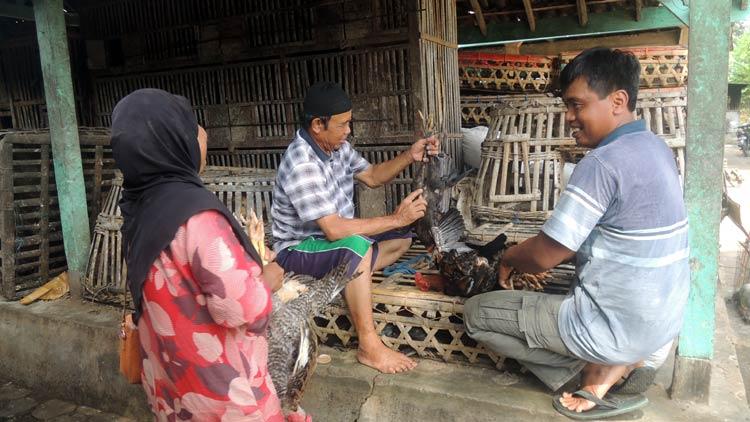 Pedagang sedang melakukan transaksi jual beli di Pasar Unggas Kranon, Kepek Wonosari. KH/ Kandar