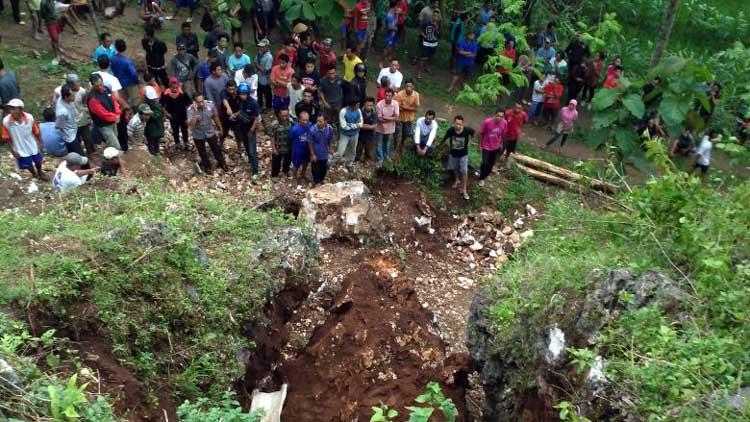 Warga berkerumun di lokasi penambang yang tertimpa batu di wilayah Ponjong. KH