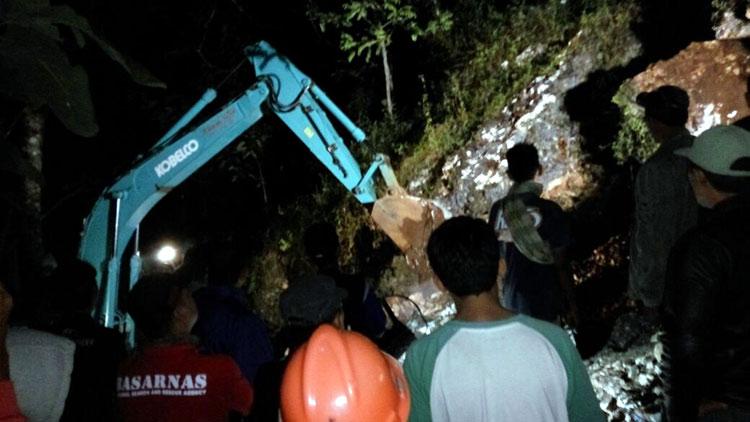 Upaya evakuasi korban penambang yang tertimpa batu dengan alat berat. KH