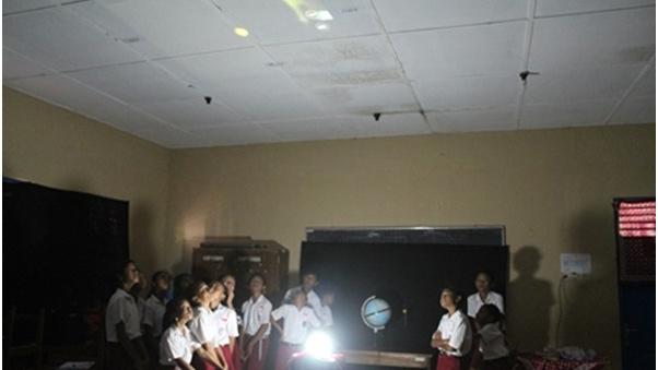 Siswa SD praktek pembelajaran materi ritasi dan revolusi bumi menggunakan Planetarium Bekam. doc: Tri Agus Cahyono, M.Pd.
