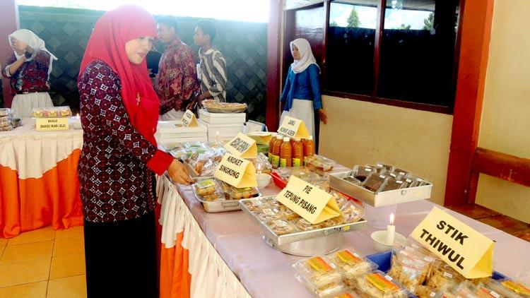 Kepala SMAN 1 Playen, Siti Zumrotul, M.Pd pada sebuah kesempatan pameran produk kewirausahaan siswa-siswinya. KH/ Kandar.