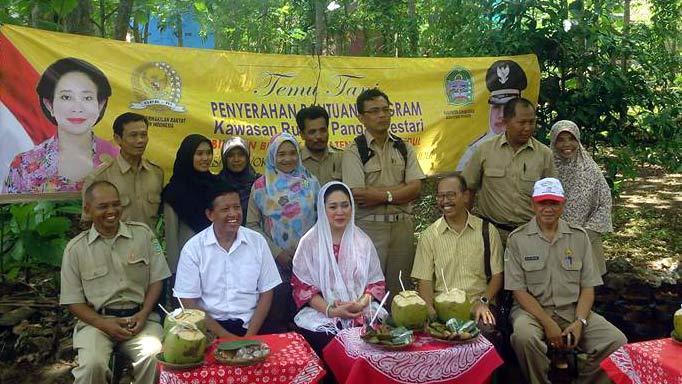 Titiek Soeharto  dalam sebuah kunjungan di Desa Kepek.