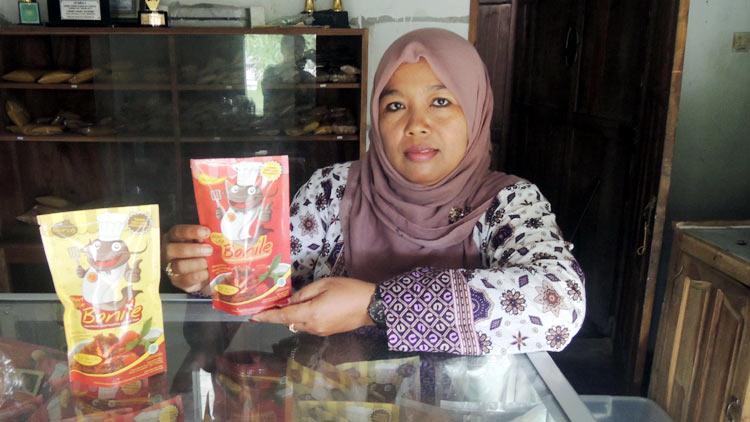 Siti Toyibah dengan produk abon ikan lele miliknya. KH/ Kandar.