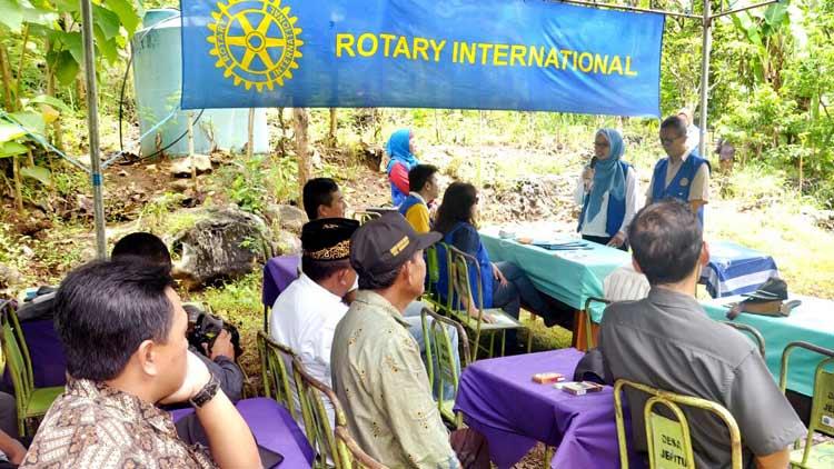Penyerahan panel surya dan mesin pompa oleh Rotary ke warga pemanfaat sumber air Goa Pule Jajar. KH/ Rado