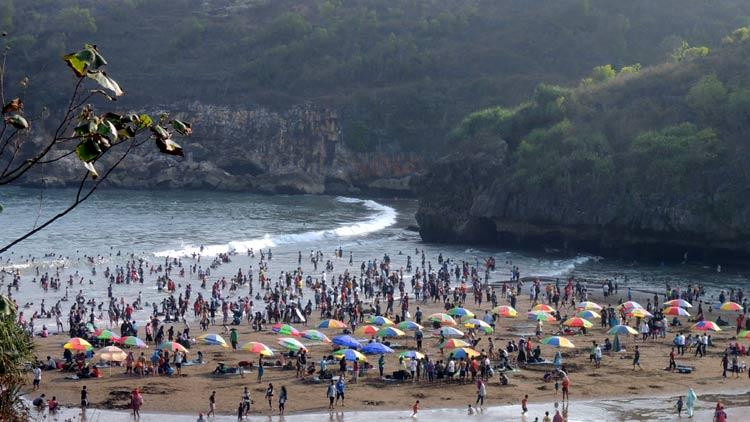 Suasana destinasi wisata pantai baron saat libur panjang. KH/ Kandar