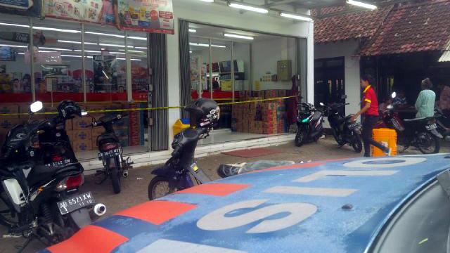 Garis polisi masih terpasang di pintu toko jejaring yang dirampok. KH/ WW.